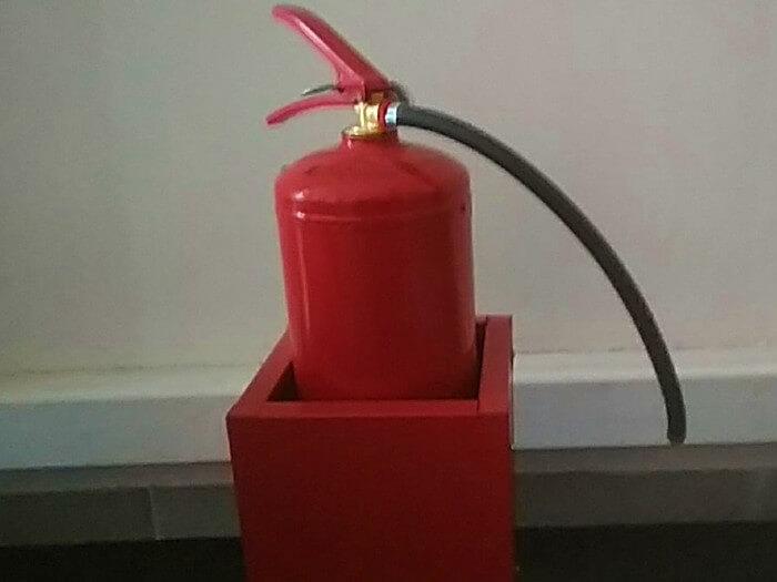 Каким огнетушителем можно тушить электропроводку под напряжением